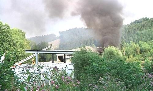 Große Rauchschwaden über dem Lobbe Firmensitz in Bergneustadt. Foto: Sven Klawunder