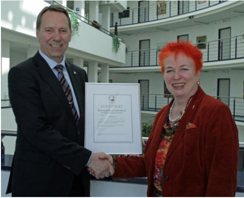 Kreisdirektor Jochen Hagt gratuliert Gitta Quercia Naumann zur Auszeichnung - Foto: OBK