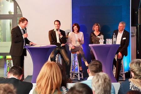 v.l. Bastian Wirtz moderiert die Talkrunde mit Alexander Reyss, STEP4WARD, Inga Koster, true fruits, Susanne Roll, GTC Gummersbach und Uwe Oevermann, Oevermann Networks