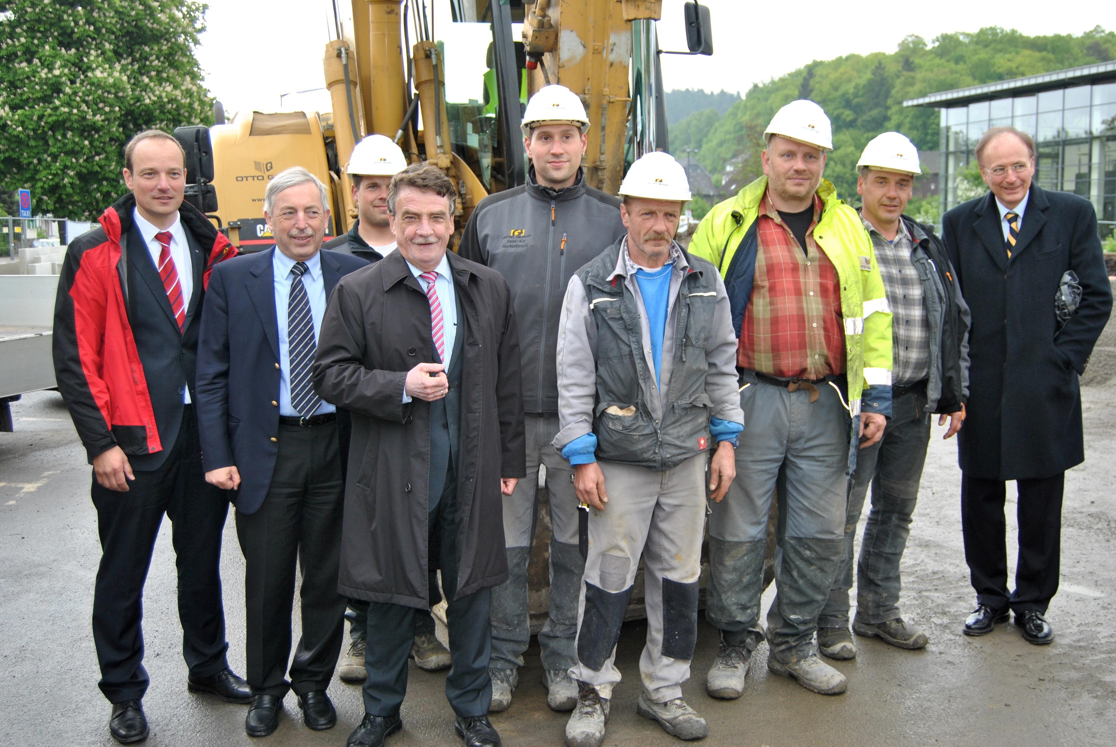 Photo of Verkehrsminister im Bagger: Spatenstich für Wiehler Busbahnhof