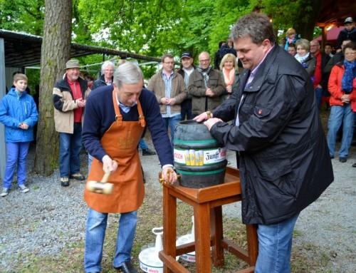 Bürgermeister Becker-Bloningen beim Fassanstich mit Maik Adomeit