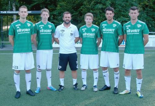 Coach Nehrbauer(Mitte) mit seinen Neuzugängen. Tomm, Pawlik, Wiebe und Breidenbach ( v.l.n.r.). Foto: Klein