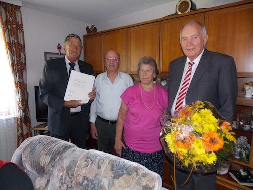 Waltraud und Fritz Lau zusammen mit den Gratulanten Dr. Friedrich Wilke (links) und Dieter Kuxdorf (rechts). Foto: Sven Oliver Rüsche