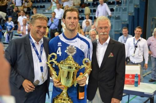 Kapitän Schindler nahm den Pokal entgegen / Text und Bilder : Uwe Schlegelmilch