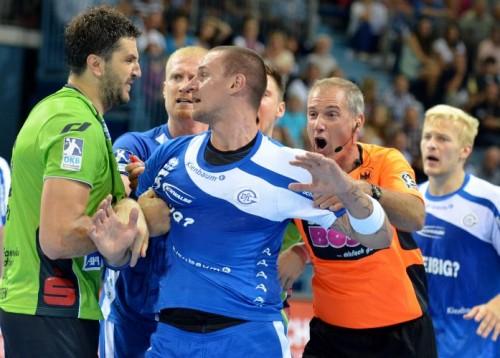 Michal Kopco musste nach einem Foul zurück gehalten werden / Bilder : Uwe Schlegelmilch