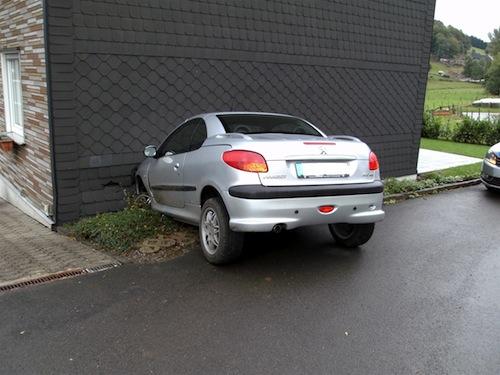 Photo of Auto landet in Hauswand: Alkoholisierter Fahrer ohne Führerschein flüchtet