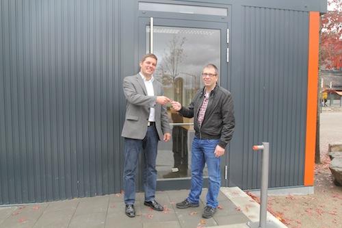 Foto: Felix Amman (links, FH Köln) übergibt den Pavillonschlüssel an Frank Leppi (Studentenwerk Köln) - Quelle: FH Köln