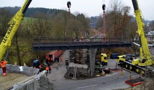 Ley Kränehaben die ca. 60 Tonnen schwere Brückenkonstruktion in die Lücke / Text und Bilder : Uwe Schlegelmilch