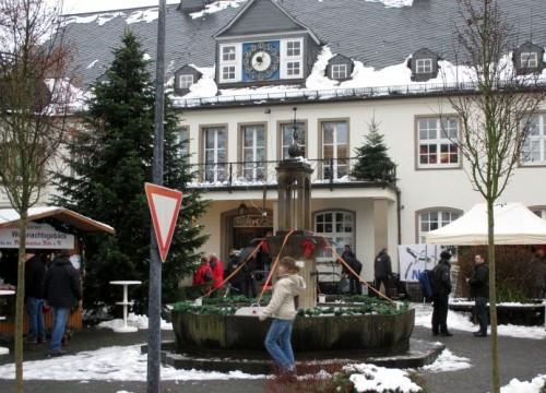 Weihnachtsstände vor dem Wiehler Rathaus
