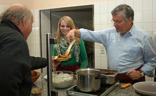 Thekendienst an der Oberbergischen Tafel: Landrat Hagen Jobi und die Auszubildende Katharina Czolbe unterstützten das Küchenteam bei der Essenausgabe (Foto:OBK)