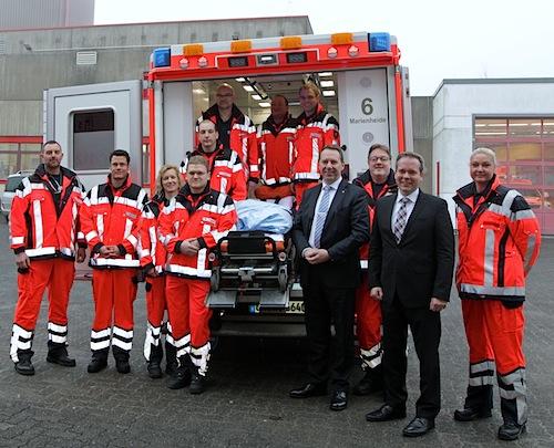 Kreisdirektor Jochen Hagt und Kreisdezernent Klaus Grootens mit dem Notärzteteam des Oberbergischen Kreises (Foto:OBK)