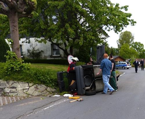 Photo of In die Böschung ausgewichen: Fahrzeug kippte zur Seite