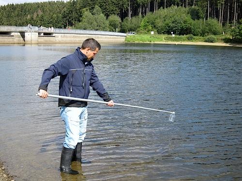 Alle 4 Wochen entnimmt das Gesundheitsamt des Oberbergischen Kreises an den Badegewässern Wasserproben und wertet diese aus. - Foto: OBK