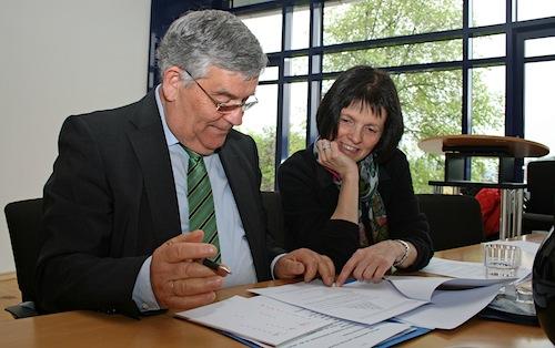 Auch Landrat Hagen Jobi und Schulamtsdirektorin Angelika Freund arbeiten gemeinsam an einer der Matheaufgaben (Foto:OBK)
