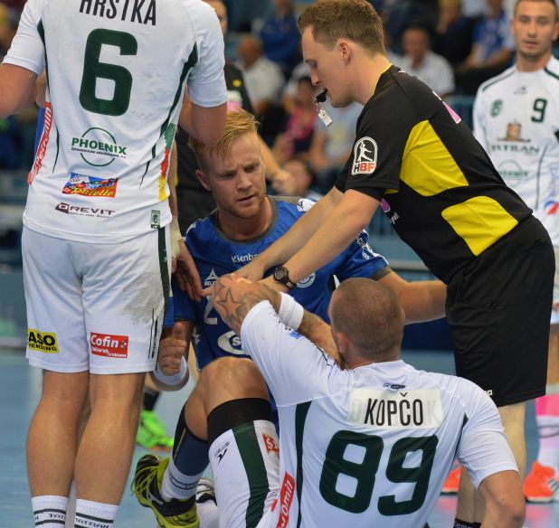 Rudelbildung nach Foul an Michal Kopco