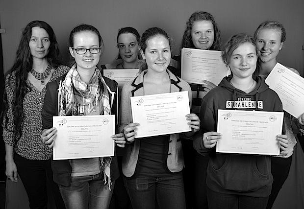 Bild von Schülerinnen des Dietrich-Bonhoeffer-Gymnasiums bei DELF-Prüfungen erfolgreich