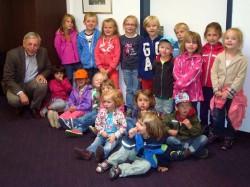 Zu Besuch beim Bürgermeister Werner Becker-Blonigen: Kiara, Marie, Carla, Laura, Sira-Maria, Isabel, Leander, Norman.