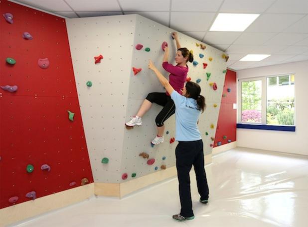 Training soll Spaß machen – gemäß diesem Motto hat das Dr. Becker PhysioGym Nümbrecht auch eine Kletterwand für das medizinische Fitnesstraining eingerichtet. - Quelle: Dr. Becker PhysioGym Nümbrecht