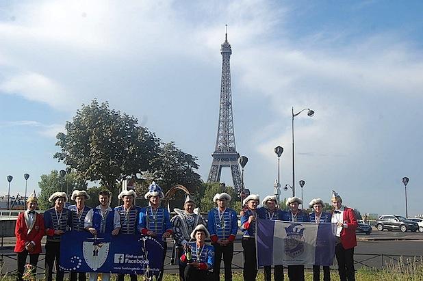 Eine Morsbacher Delegation von Karnevalisten unter der Leitung S.T. Prinz Frank III. aus dem Hause Uselli (Mitte) war kürzlich die Attraktion unter dem Eiffelturm in Paris. Foto: Privat