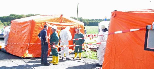 Feuerwehr und THW errichteten bei der Übung Personenschleuse zur Dekontamination (Foto:OBK)