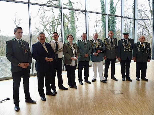 Von links: Florian Heidkamp (3), Landrat Hagen Jobi, Max Sauerbier (2), Sandra Herhaus (1), OSB Präsident Klaus Büser, Peter Vogt (1), Johannes Sanches-Solugur (2), Jörg Brünagel (3) und der stellvertretende Bundesschießmeister Dieter Schmidt (Foto: Oberbergischer Schützenbund).