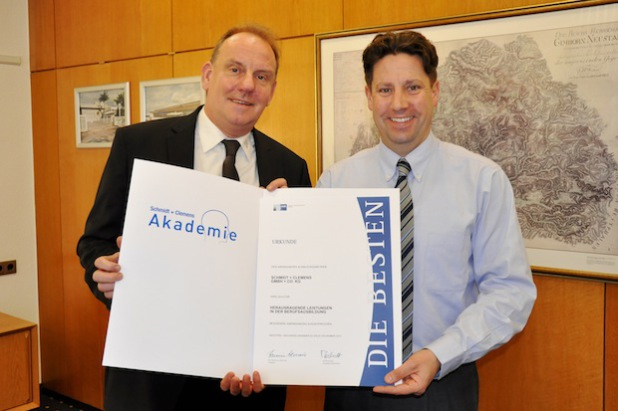 Ralf Welters und Jan Schmidt-Krayer, geschäftsführender Gesellschafter, präsentieren stolz die Auszeichnung der IHK (Foto: Schmidt + Clemens GmbH & Co. KG).