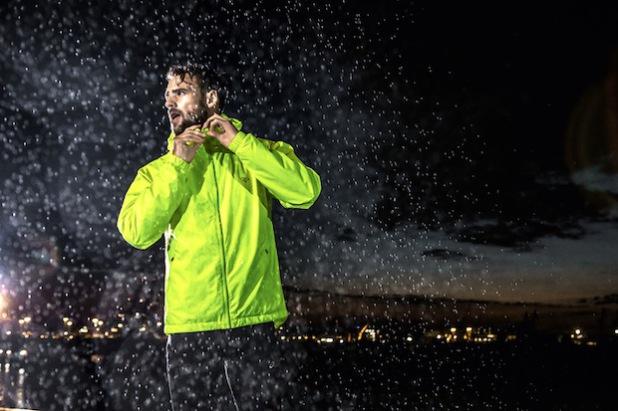 Regelmäßiger Ausdauersport kann die Abwehrkräfte stärken - auch in der nasskalten Jahreszeit. Für das Training draußen und im Dunkeln ist gut sichtbare Funktionsbekleidung wichtig. Gesehen bei Runners Point (Foto: djd/Runners Point Warenhandelsgesellschaft mbH).