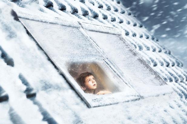 An frostigen Wintertagen können geschlossene Rollläden an den Dachfenstern die Wärmedämmung verbessern. An frostigen Wintertagen können geschlossene Rollläden an den Dachfenstern die Wärmedämmung verbessern (Foto: djd/VELUX).