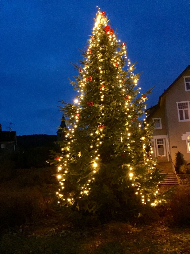 Photo of Weihnachtliche Tanne erstrahlt in Eckenhagen