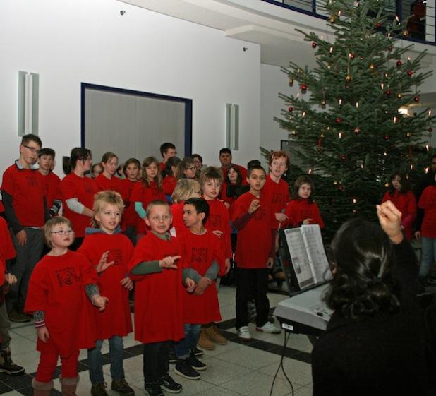 Birgit Kolb von der Musik AG unterstützt die Sängerinnen und Sänger mit Gebärdensprache (Foto OBK).