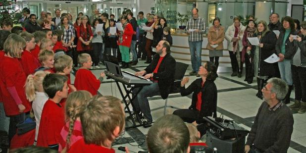 Der Eingansgbereich des Kreishauses wurde für eine halbe Stunde zur stimmungsvollen Weihnachtskulisse (Foto:OBK).