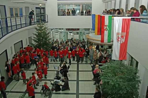 Das Kreishausfoyer war Bühne der Cöre der Helen-Keller-Schule (Foto:OBK).