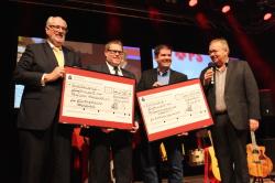 Frank Grebe übergab Spendenschecks an Marco Gehlhausen und Thorsten Falk.