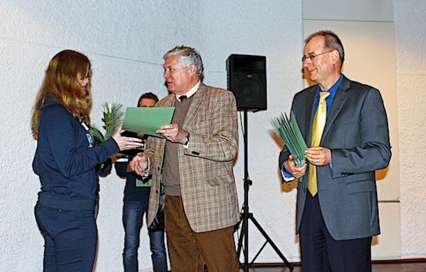 Sozialdezernent Dr. Jorg Nürmberger (M.) und Radevormwalds Bürgermeister Dr. Josef Korsten (r.) überreichen den 300. Sozialführerschein (Foto: OBK).