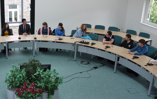 Jugendliche im Sitzungssaal des Morsbacher Rathauses Foto: Gemeinde Morsbach/C. Buchen