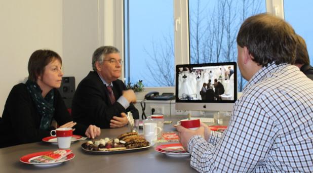 Foto: Im ARKM Besprechungsraum wurde den Gästen ein Video gezeigt, dass auf der Hochzeitsmesse in Wipperfürth entstanden war. ON plant in Zukunft noch mehr Videoprojekte.