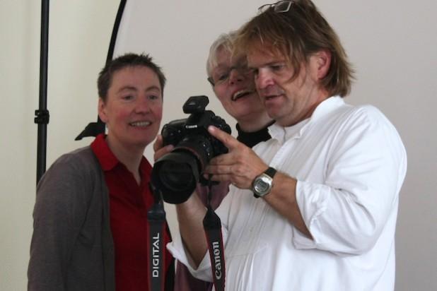 Hokema beim Fotografieren - Quelle: Evangelisch-Freikirchliche Gemeinde Wiedenest