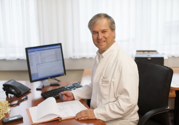 Prof. Dr. Klaus M. Peters, Chefarzt der Orthopädie der Dr. Becker Rhein-Sieg-Klinik, ist stolz auf das gute Abschneiden seiner Klinik im deutschlandweiten Leistungsvergleich (Foto: Dr. Becker Klinikgesellschaft mbH & Co. KG).