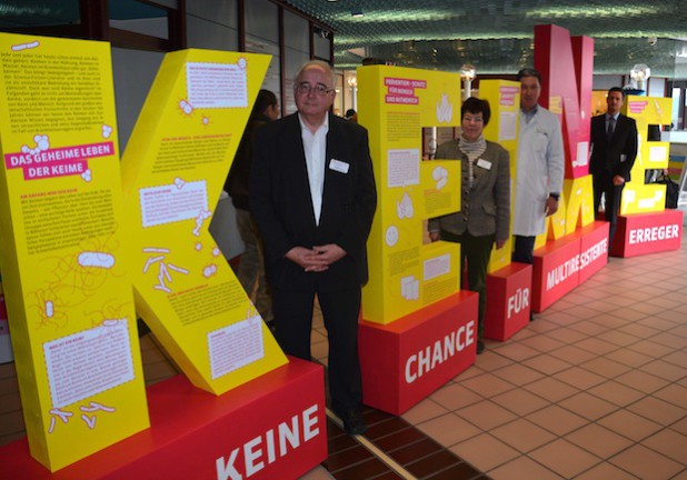 Bernd Höhner, Inge Schwarz, Dr. Peter Vacha und Sascha Klein eröffnen die Ausstellung - Foto: Klinikum Oberberg GmbH.
