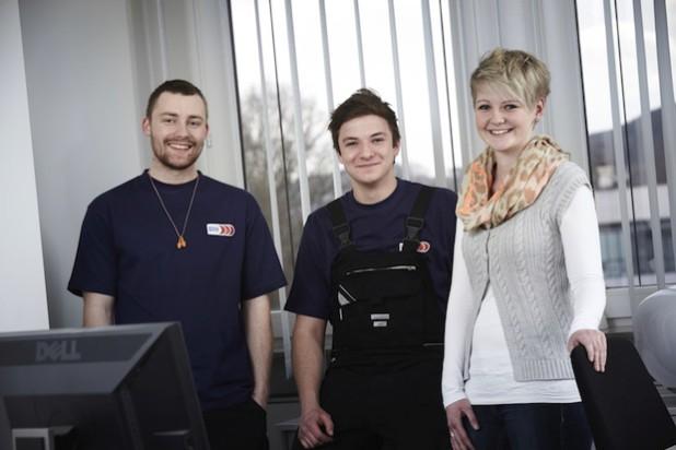 Von links nach rechts: Markus Engel, Steffen Scherer (beide Auszubildende zum Mechatroniker) und Janina Stahlhacke (Auszubildende zur Industriekauffrau) - Foto: Gizeh.