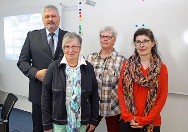 Das Team des neuen Projekts für mehr Seniorensicherheit: Jürgen Poschner von der Kreispolizeibehörde sowie Margareta Coenen, Brigitte Vandenherz-Siebel und Sylvia Asmussen (von l.) von der Ehrenamtsinitiative Weitblick (Foto: OBK).