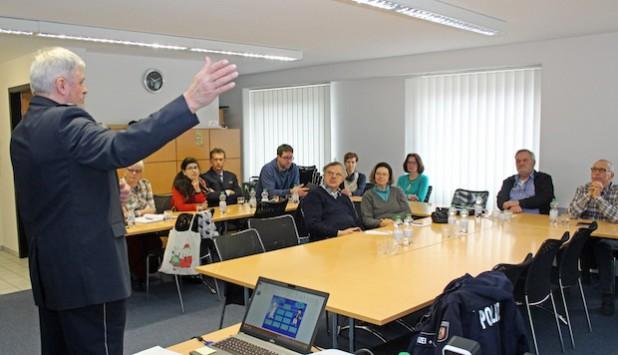 Polizeihauptkommissar Jürgen Poschner schildert anschaulich die Gefahren, die im Straßenverkehr lauern (Foto: OBK).
