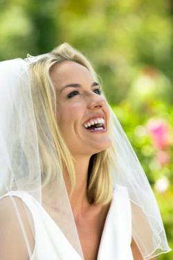 Ein strahlendes Lächeln und ein tolles Kleid sind die schönsten Attribute einer Braut (Foto: djd/Merz Spezial Dragees/thx).