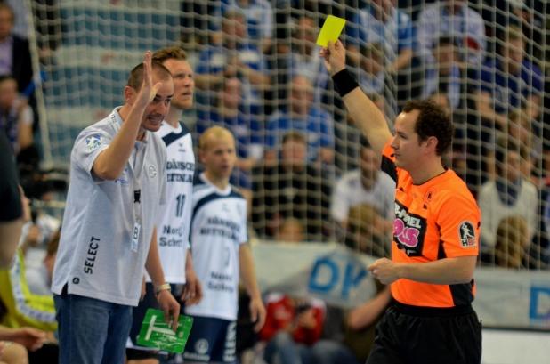 VfL Trainer Kurtagicwar nicht immer mit den Schiedsrichterleistungen einverstanden und weil er das auch lautstark kund tat, bekam es auch eine gelbe Karte