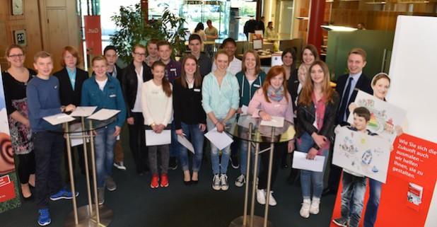 Ausbildungsleiterin Jeanette Syhring (links) mit den Schülerinnen und Schülern aus den 8. Klassen (Foto: Wolfgang Abegg).