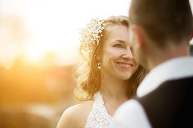"""Kleine Fältchen lassen sich mit einer Elasten-Kur von innen reduzieren - so wird der Hochzeitstag besonders """"schön"""" (Foto: djd/Elasten-Forschung/Fotolia-teksomolika)."""