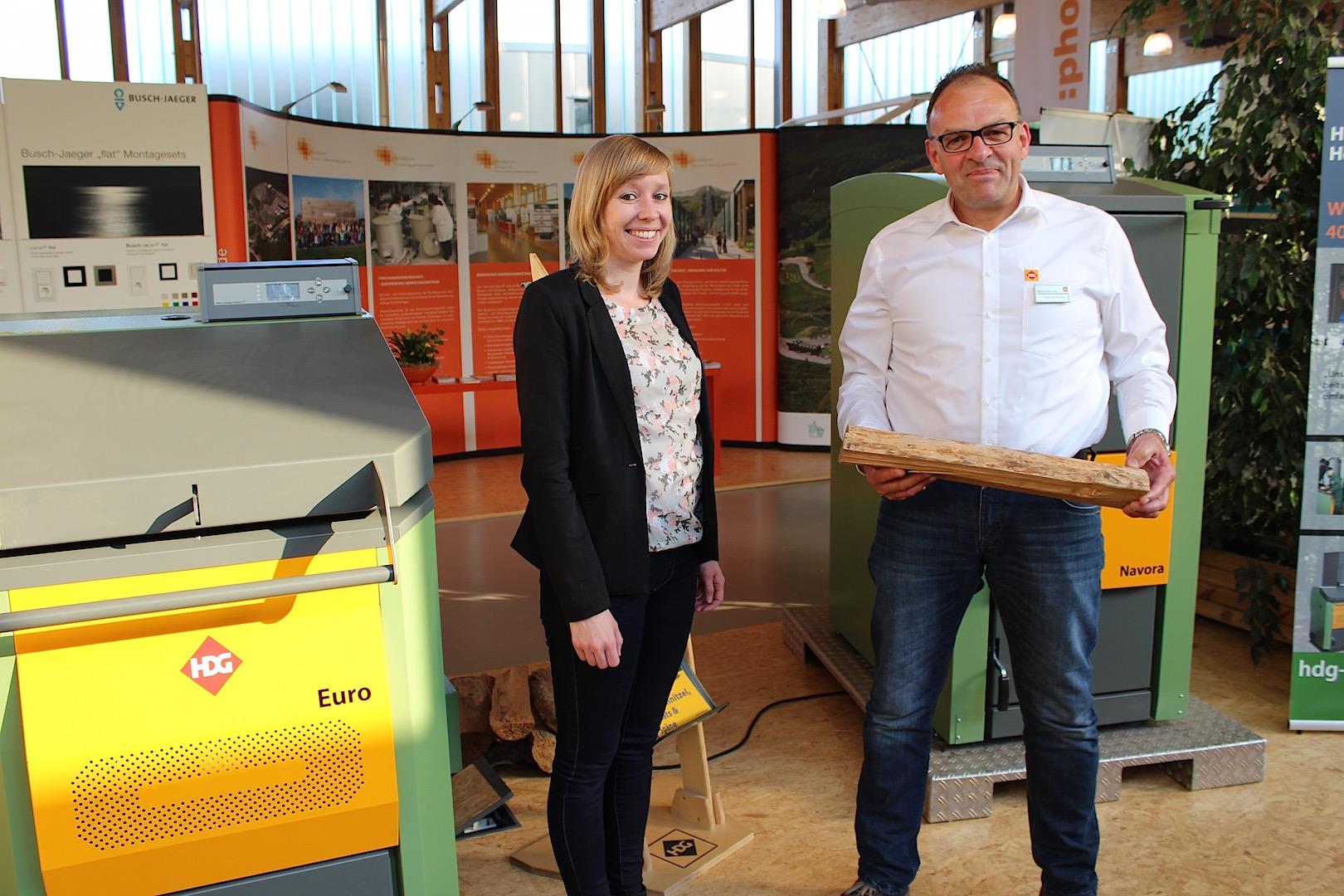 Holzpellets und Holzheizungen: Kathrin Diesel (links, Aktion Holzpellets) und Hubertus Schulte (rechts, HDG Bavaria GmbH Heizungshersteller).