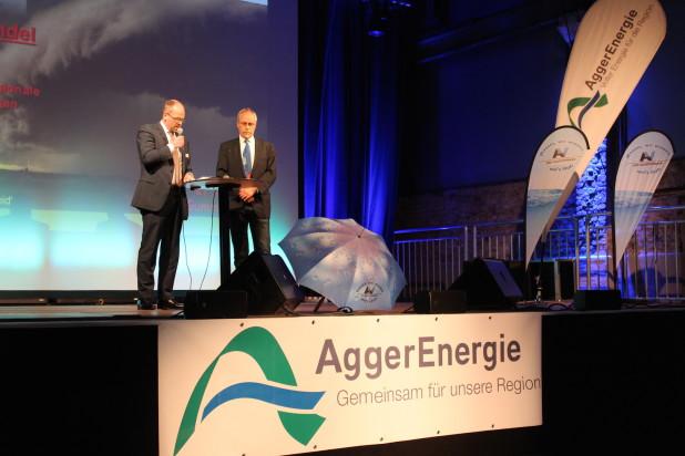 Dr. Lothar Scheuer (links) und Frank Röttger während ihrer Begrüßung in der Halle32 in Gummersbach.