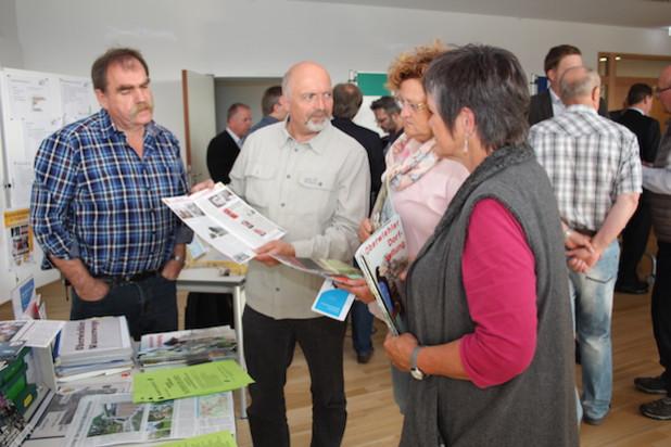 Nachmachen erwünscht: An ihren Infoständen tauschten sich die Dorfgemeinschaften über Ideen und Projekte für ihre Ortschaften aus (Foto: OBK).
