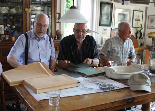 Der BGV-Vorsitzende Dr. Alexander Rothkopf (li) stöbert mit anderen Mitgliedern in alten Schulunterlagen - Foto: BGV-Oberberg